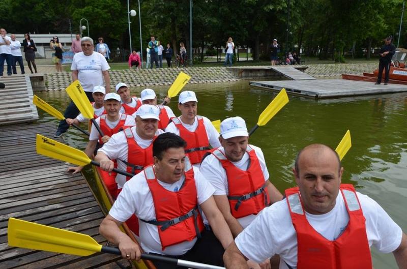 Министър Кралев и кметът Тотев с показно на драконовите лодки СНИМКИ