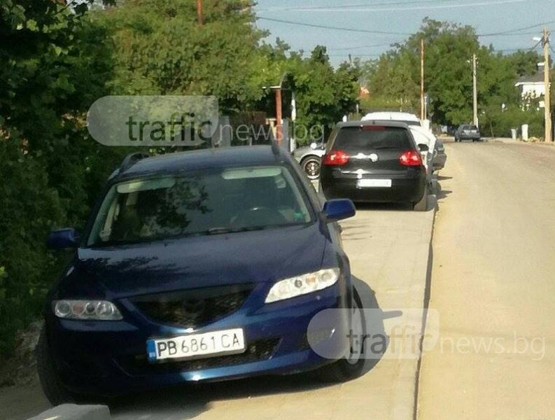 """По ремонтираната """"Беломорска"""": Пешеходците на пътя, колите по тротоарите СНИМКИ"""