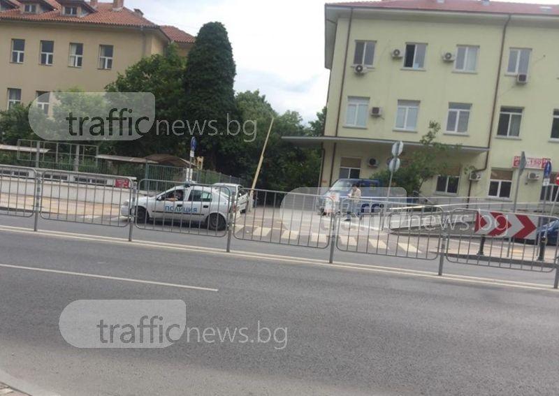 Полицаи дебнат за нарушители, докато нарушават правата на пешеходците СНИМКИ