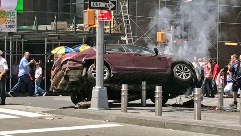Кола се вряза в минувачи на централен площад в Ню Йорк СНИМКИ и ВИДЕО