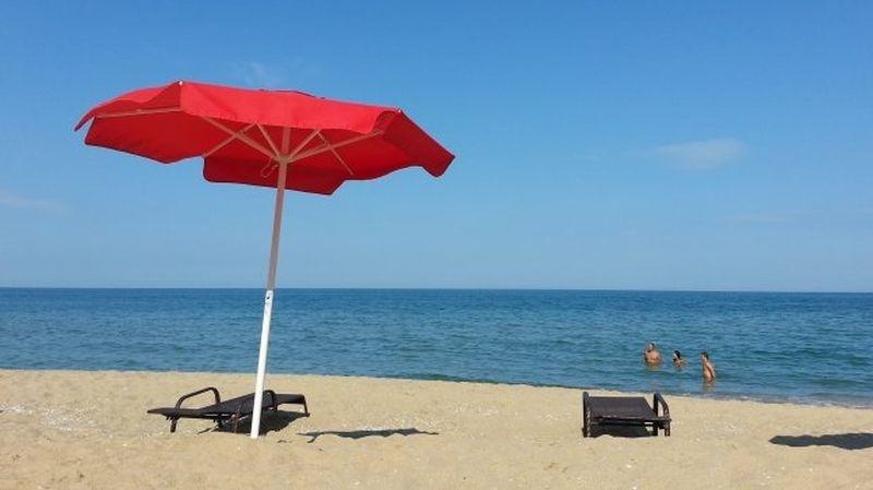 Таксите за чадъри и шезлонги на плажа падат драстично