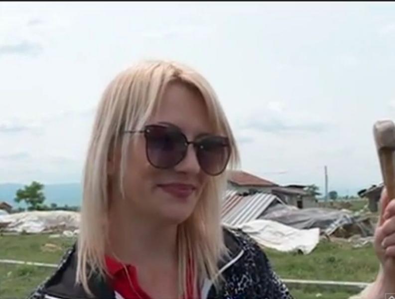 Блондинка пасе овце край Пловдив ВИДЕО