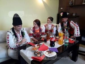 Пловдивчани съживиха традициите! Ели и Кирил се венчаха по стар български обичай СНИМКИ