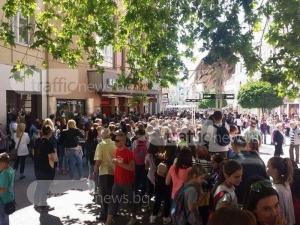 Тийнейджъри окупираха Главната! Бой за автографи пред стълбите на Каменица СНИМКИ