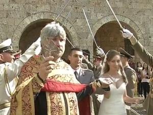 Сватба от Царско: Офицер се венча с любимата си по традиции от времето на Стамболов ВИДЕО