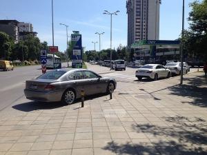 Въпрос с повишена трудност: Кой от двамата шофьори на лъскави возила е по-нагъл? СНИМКИ