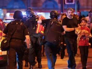 Терористичен атентат в Манчестър! Експлозия уби 19 души и рани десетки СНИМКИ и ВИДЕО