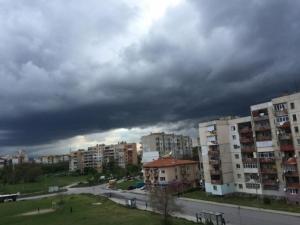 Дъжд и градушки днес, лошото време продължава и утре
