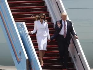 Тръмп подаде ръка на Мелания, тя го цапардоса