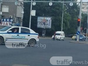 Полицай си бъбри по телефона, докато прави ляв завой на оживено кръстовище в Пловдив СНИМКИ