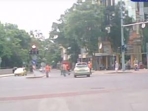 """Пешеходци бягат като пилци от зелено """"чудовище"""" в центъра на Пловдив"""