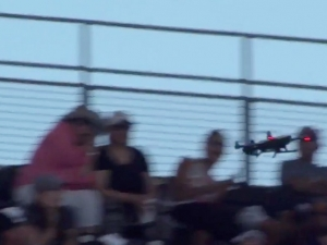 Дрон се разби в зрителите на бейзболен мач в Калифорния ВИДЕО