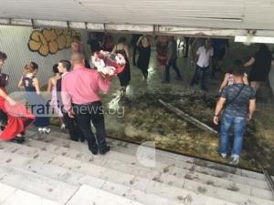 Абитуриенти газят вода в подлеза на Панаира СНИМКИ И ВИДЕО
