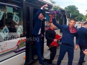 Автобус от градския изсипа абитуриенти от Малчика пред Тримонциум СНИМКИ