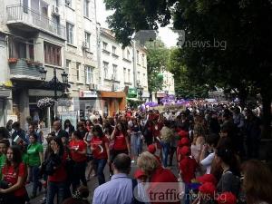 Стотици пловдивски ученици изпълниха Главната в празничното шествие за 24 май СНИМКИ