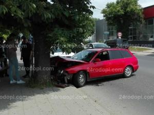 Кола с абитуриенти се заби в дърво! Все пак ще отидат на бал