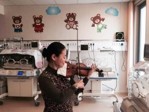 """Виртуозната цигуларка Мидори  свири Моцарт на недоносените бебета в АГ """"Селена"""""""