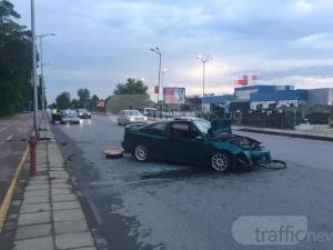 Меле на входа на Пловдив, пожарникари режат спортна кола СНИМКА