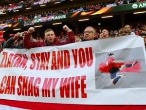 18+  Фен на Юнайтед към Ибра: Остани и ще имаш жена ми