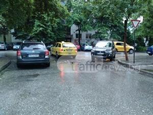 """Тойота и мицубиши """"стесниха"""" улица в Пловдив, паркираха на завой и пешеходна СНИМКА"""
