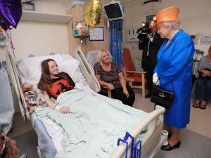 Британската кралица посети пострадалите деца от атентата в Манчестър СНИМКИ