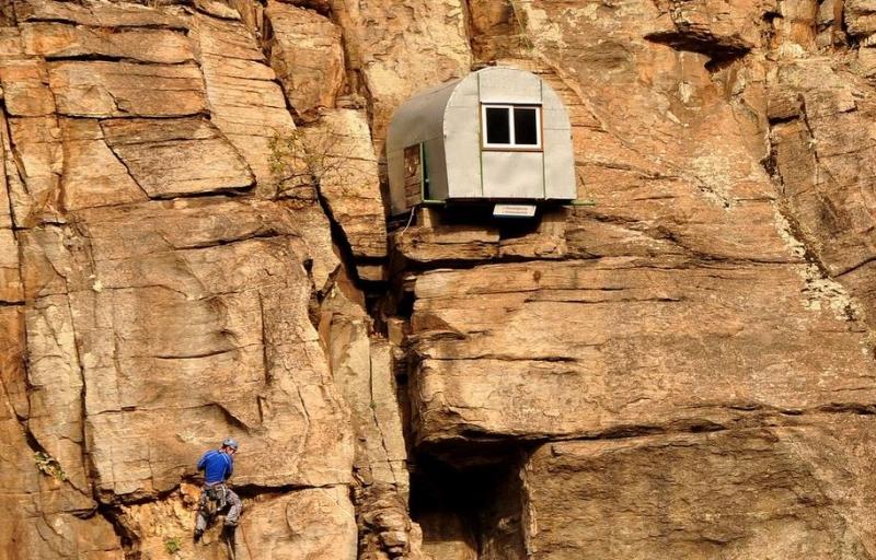 Само на 12 км от Пловдив: Уникална къщичка, кацнала върху скалите СНИМКИ