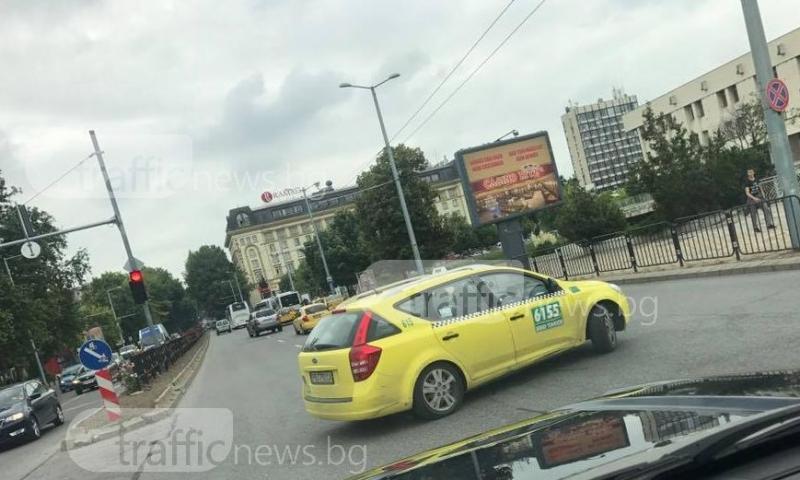 Жълто камикадзе на Центъра! Пловдивско такси замалко да предизвика катастрофа СНИМКИ