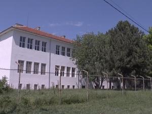 Страхотии в интернат: възпитаник се оженил за учителка, проституцията е ежедневие