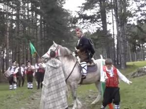 Абитуриент отиде на бала си на кон, препасал чифте пищови и с чета хайдути СНИМКИ