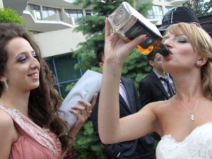 Намериха пияна абитуриентка в безпомощно състояние до кафене