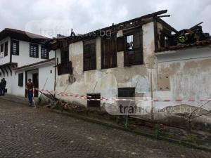 Къща рухна на метри от туристи в Стария град на Карлово! СНИМКИ