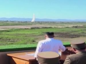 Северна Корея изстреля нова ракета, Ким Чен-ун гледа изпитанието ВИДЕО