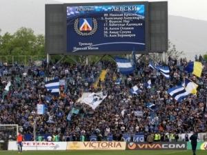 Феновете на Левски побесняха, събличат играчите, гонят ги с пръчка