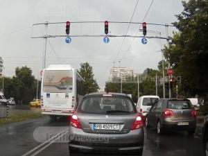 Автобус от градския транспорт в Пловдив влита в кръстовище на червено ВИДЕО
