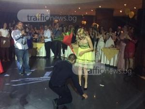 Пловдивчанин изненада любимата си на абсолвентския й бал с… предложение за брак ВИДЕО