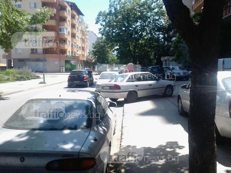Така се спира в Пловдив! Между две коли, та на тротоара СНИМКИ