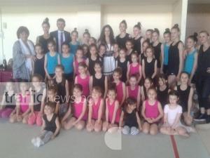 Затрупаха с цветя и подаръци пловдивска гордост в художествената гимнастика
