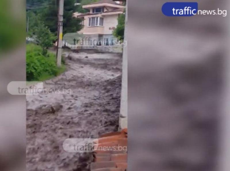 Дъжд и градушка удариха Пловдивско, улици като реки в Калофер ВИДЕО