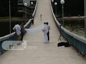 Младоженци си подариха фотосесия на Моста на влюбените СНИМКИ