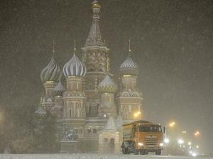 Зимата се върна в Москва! След урагана сега заваля мокър сняг