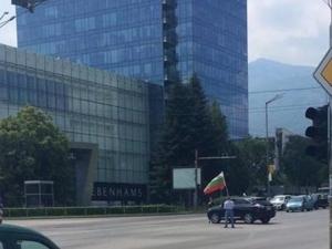 Точно в 12 ч бизнесмен спря по средата на кръстовище и развя българското знаме СНИМКИ