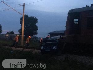 Влак помля кола на прелез край село Труд СНИМКИ