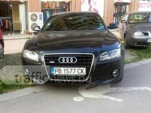 """Общински стикер""""позволи"""" на ауди в Пловдив да паркира върху пешеходна алея СНИМКИ"""