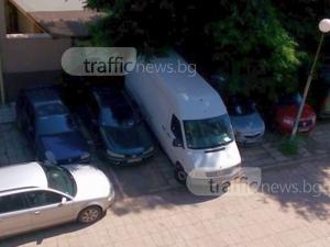 Бус се шмугна между две коли в Пловдив, блокира шофьорската врата на едната СНИМКИ