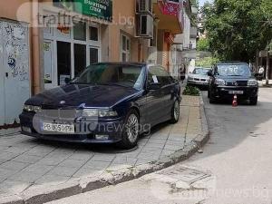 Гъзар с БМВ се паркира на пловдивски тротоар СНИМКИ