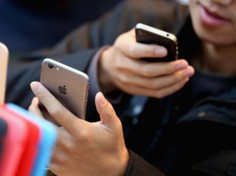 Apple може би шпионира потребители и информира полицията