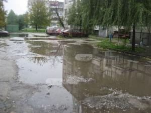 Пловдивчани си търсят лодки, за да преминат през улица в Коматево СНИМКИ