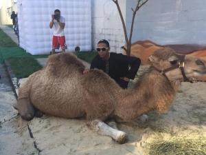 Майка се изръси с 25 000 долара за бала на сина си, купила камили и пясък СНИМКИ