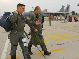 За първи път като президент: Радев пилотира изтребител СНИМКИ
