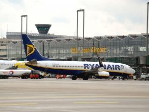 Самолет за Лондон кацна извънредно в Кьолн, задържаха трима мъже